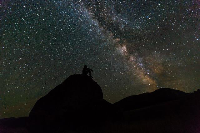 Co można zobaczyć na niebie przez lornetkę